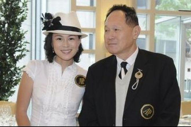 Perierga.gr - Δίνει 50.000.000€ σε όποιον παντρευτεί την κόρη του!