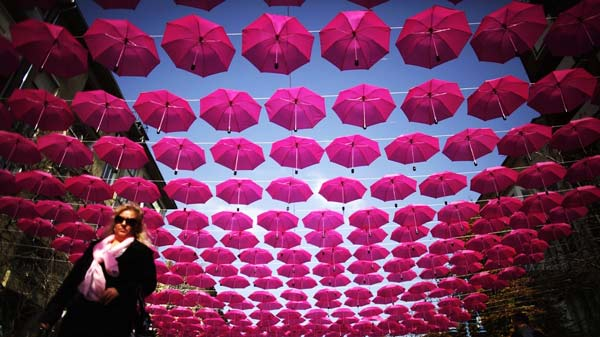 perierga.gr - 400 ροζ ομπρέλες στον ουρανό!