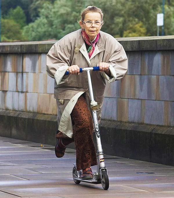 perierga.gr - Σούπερ γιαγιά κυκλοφορεί με...πατίνι!
