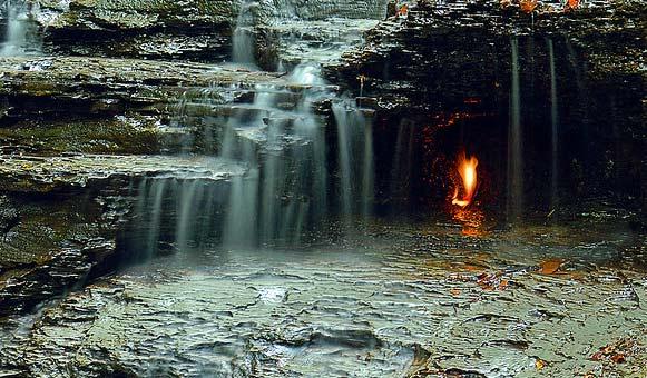 perierga.gr - Άσβηστη φλόγα καίει αιώνια πίσω από καταρράκτη!