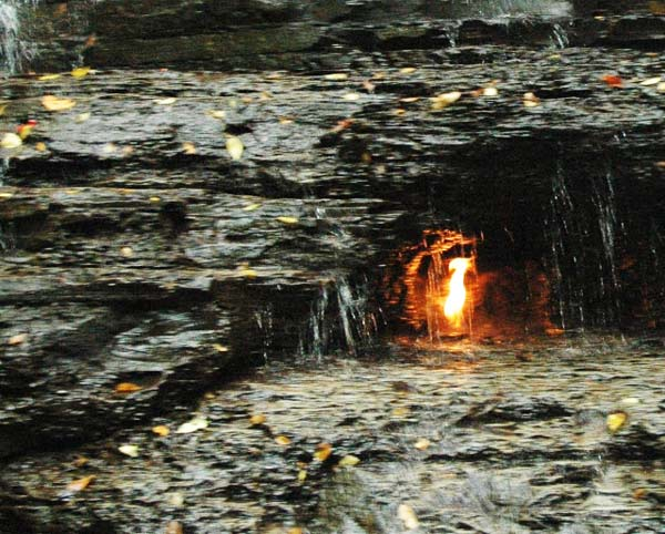 Άσβηστη φλόγα καίει αιώνια πίσω από καταρράκτη!