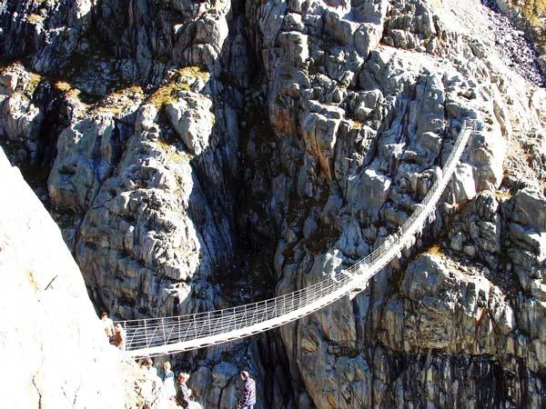 "perierga.gr - 23 τρομακτικές ""κρεμαστές"" γέφυρες!"