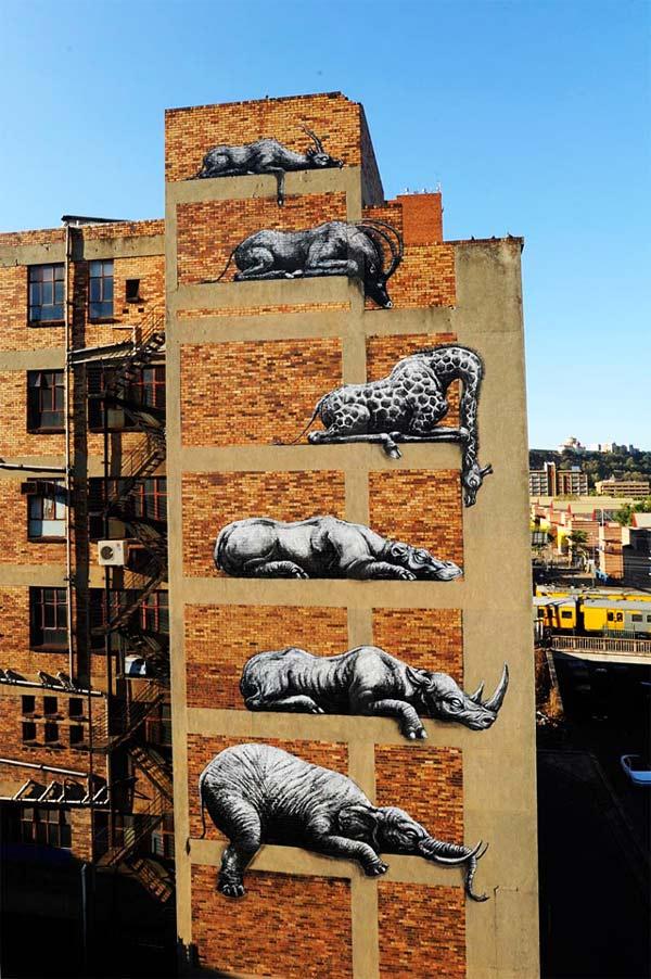 perierga.gr - Άγρια ζώα στην πρόσοψη ενός κτιρίου!