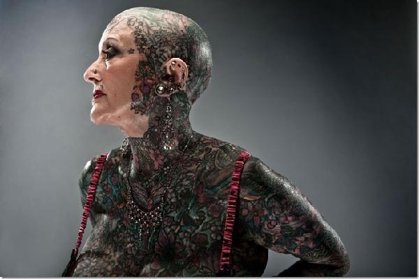 perierga.gr - Η γυναίκα με τα περισσότερα τατουάζ στον κόσμο!