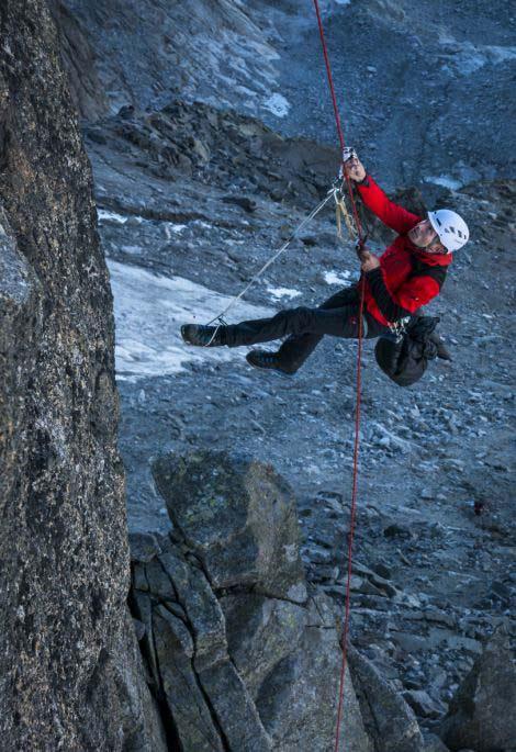 perierga.gr - 28 ορειβάτες ανεβαίνουν μαζί στην κορυφή του βράχου!