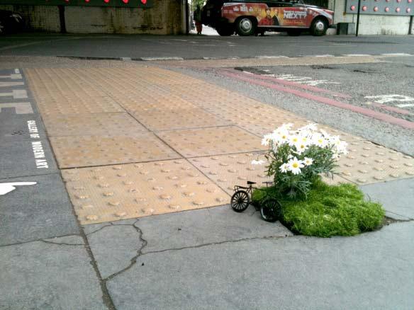 """perierga.gr - Μικροσκοπικοί """"κήποι"""" στις λακκούβες του δρόμου!"""