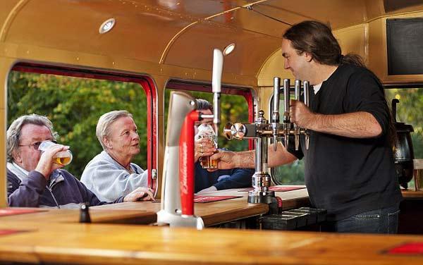 "perierga.gr - Λονδρέζικο λεωφορείο ""μεταμορφώθηκε"" σε παμπ!"