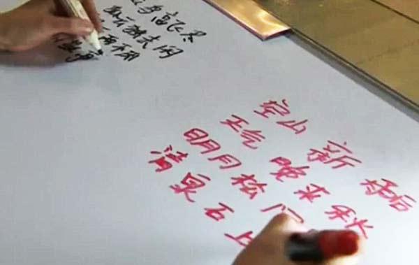 perierga.gr - Απίστευτο: Γράφει ταυτόχρονα με τα δύο χέρια σε διαφορετικές γλώσσες!