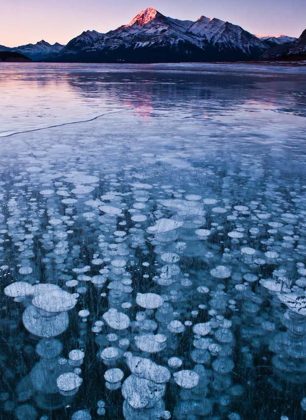 perierga.gr - Σπάνιο θέαμα με παγωμένες φυσαλίδες στα νερά της λίμνης!