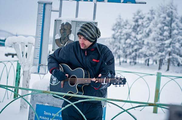 perierga.gr - Έπαιξε κιθάρα σε -30 βαθμούς Κελσίου!