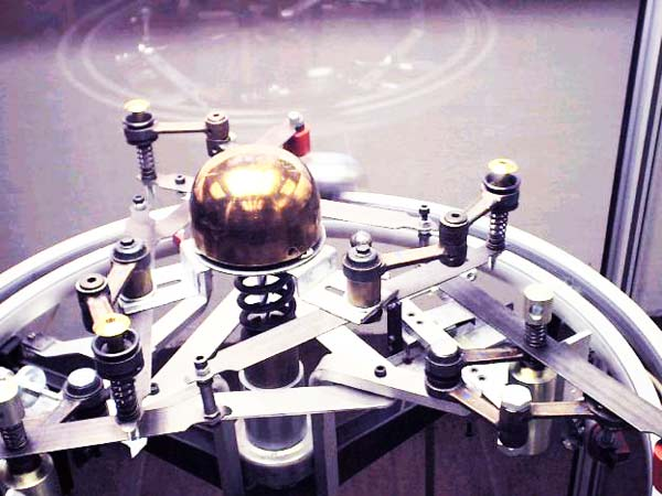 perierga.gr - Παράξενη μηχανή λειτουργεί αδιάλειπτα χωρίς ενέργεια!