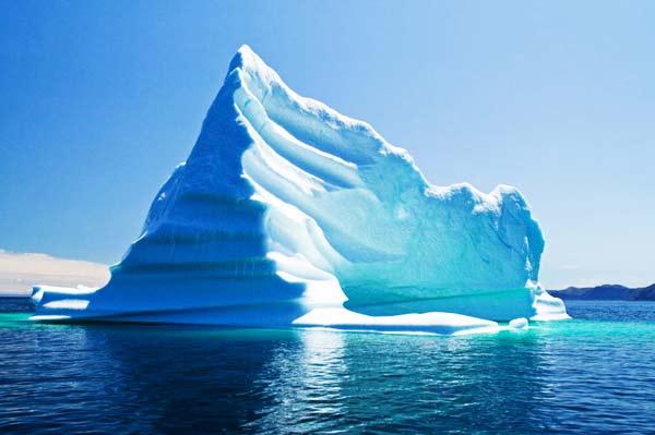 perierga.gr - Μαγευτικό βίντεο δείχνει παγόβουνο να σπάει σε κομμάτια!