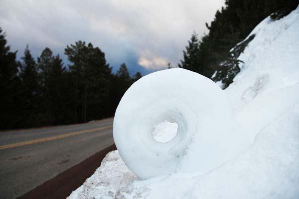 perierga.gr- Παράξενοι κύλινδροι χιονιού!