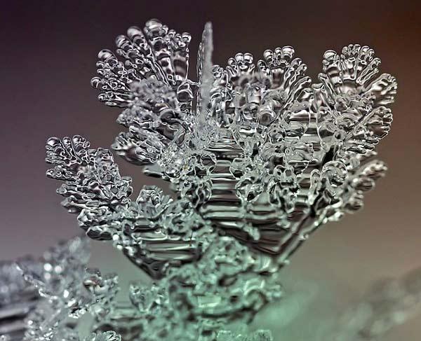 perierga.gr - Εύθραυστοι σχηματισμοί πάγου στους δρόμους!