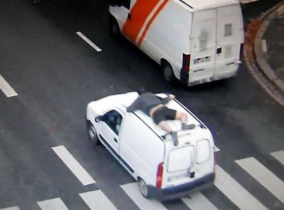 Perierga.gr - Απίστευτη καταδίωξη ληστών από ιδιοκτήτη φορτηγού!
