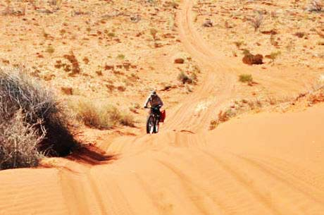 perierga.gr - Ελληνικός άθλος: Ποδηλάτης διέσχισε την Κόκκινη Έρημο!