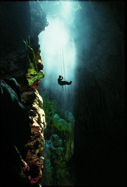 Anhumass Abyss: Μια μαγική υπόγεια λίμνη!