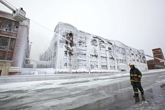 Perierga.gr - Έσβησε η φωτιά αλλά το κτήριο έγινε... παγάκι!