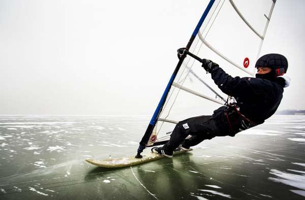 perierga.gr - Windsurfing πάνω σε παγωμένη λίμνη!