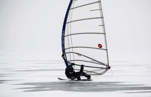 perierga.gr - ΞWindsurfing πάνω σε παγωμένη λίμνη!