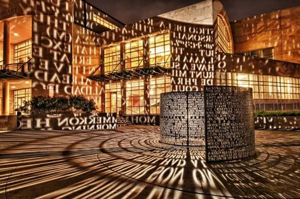 perierga.gr - Εντυπωσιακό γλυπτό αντανακλά... ποιήματα στους τοίχους!