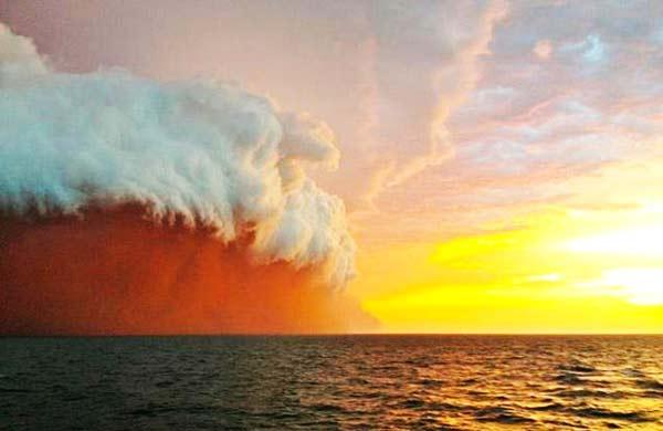 Τρομακτικό τσουνάμι... κόκκινης σκόνης!
