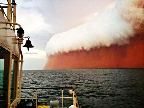 perierga.gr - Τρομακτικό τσουνάμι... κόκκινης σκόνης!