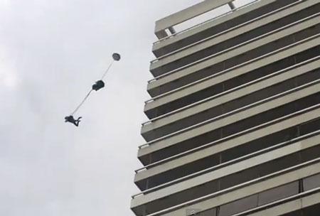 Perierga.gr - Base jumping από τον Πύργο των Αθηνών!