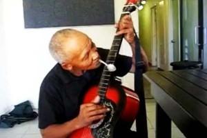 perierga.gr - Βιρτουόζος στην κιθάρα με... κουτάλι!