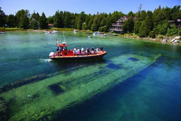Perierga.gr - Πανέμορφο ναυάγιο σε λίμνη!