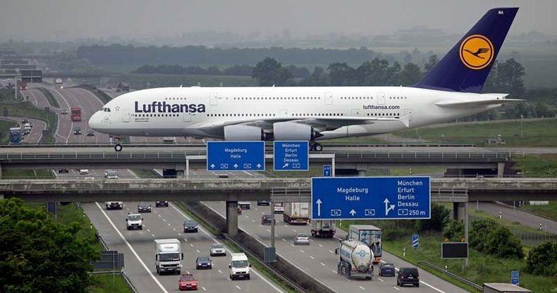 perierga.gr - Διάδρομος αεροδρομίου πάνω από αυτοκινητόδρομο!