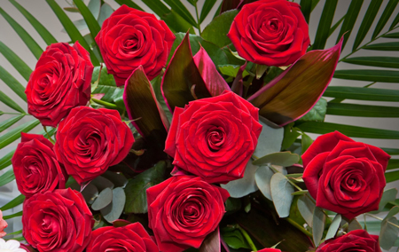 Perierga.gr - Στέλνει στη... χήρα του κάθε χρόνο λουλούδια!