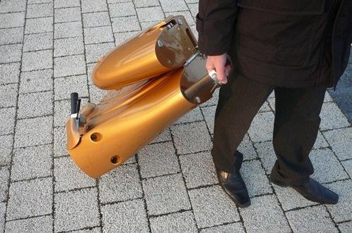 perierga.gr - Πτυσσόμενο σκούτερ-βαλίτσα!