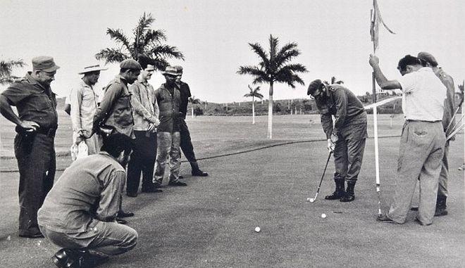 Perierga.gr - Όταν ο Τσε και ο Κάστρο χαλάρωναν παίζοντας γκολφ!