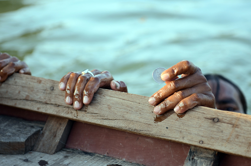 perierga.gr - Ψαρεύουν... νομίσματα στα ποτάμια της Ινδίας!