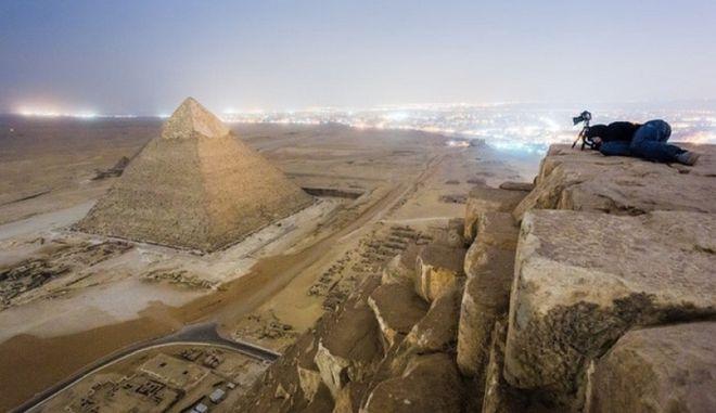 Perierga.gr - Ανέβηκαν για πλάκα στην πυραμίζα της Γκίζας!