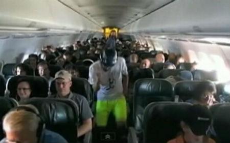 Perierga.gr - «Harlem Shake» στη διάρκεια πτήσης...