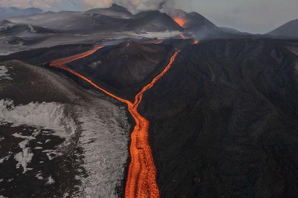 perierga.gr - Καυτός τουρισμός: Επίσκεψη στον κρατήρα ενεργού ηφαιστείου!