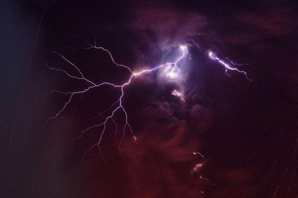 perierga.gr - Εκπληκτικές αστραπές πάνω από ηφαίστειο!
