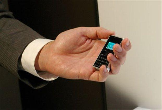 Perierga.gr - Το μικρότερο κινητό στον κόσμο!