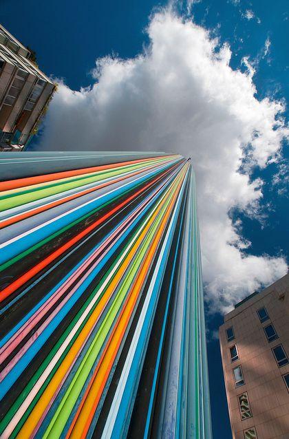 perierga.gr - Ένας ουρανοξύστης-ουράνιο τόξο!
