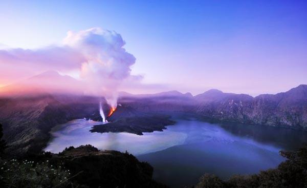 perierga.gr - Ενεργό ηφαίστειο μέσα σε λίμνη!!!