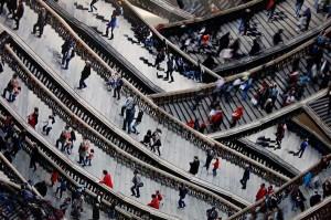 Πλήθος ανθρώπων... ανεβοκατεβαίνει σκάλες!
