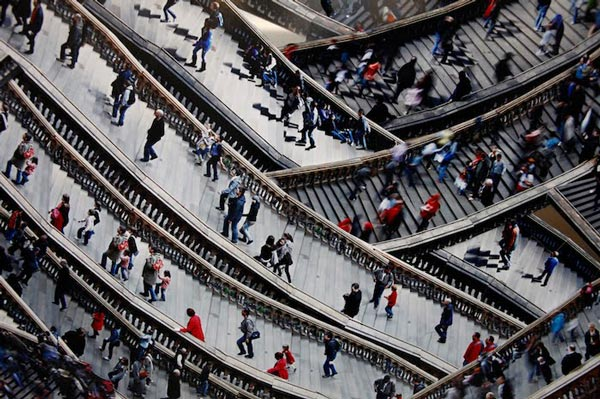 perierga.gr - Πλήθος ανθρώπων ανεβοκατεβαίνει σκάλες!