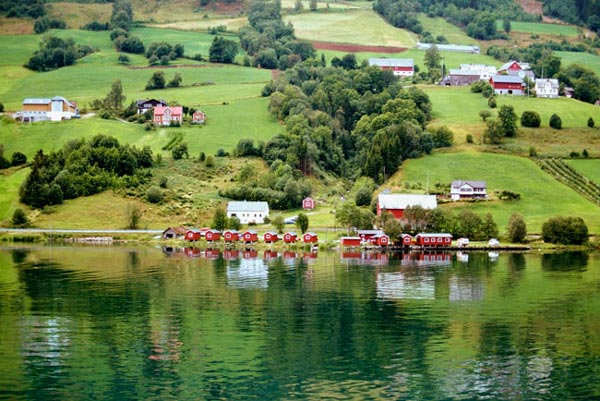 perierga.gr - Ένα παραμυθένιο χωριό στην καρδιά του μεγαλύτερου φιόρδ!