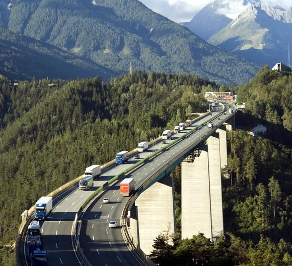 perierga.gr - Εντυπωσιακοί αυτοκινητόδρομοι πάνω από τα... δέντρα!
