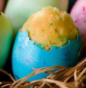 eggcake1 292x300 Ψήστε πρωτότυπα κέικ μέσα σε… αυγά! (BINTEO)