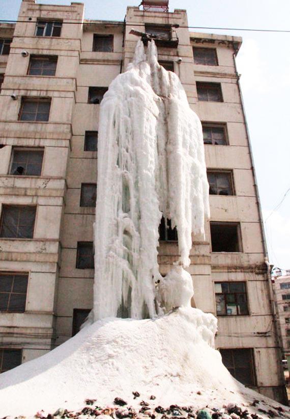 perierga.gr - Παγωμένος καταρράκτης στην... πρόσοψη κτηρίου!