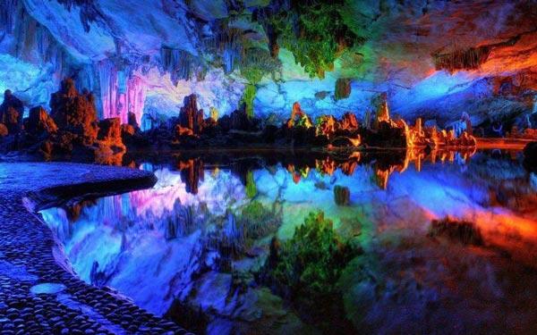 Πανδαισία χρωμάτων σε φυσικό σπήλαιο!