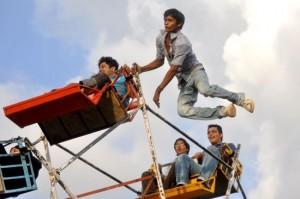 perierga.gr - Στην Ινδία τη ρόδα του λούνα παρκ τη γυρίζουν με τα χέρια!